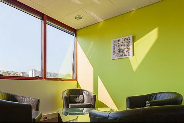 La salle d'attente colorée